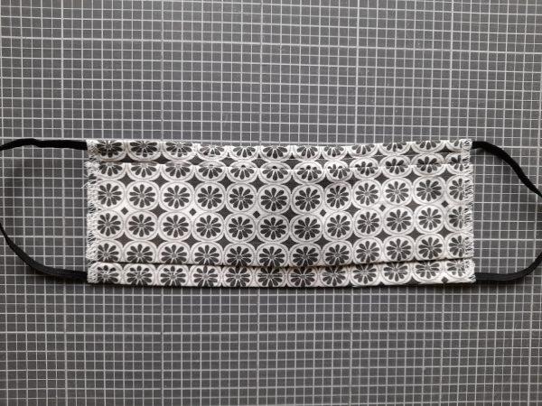Masque barrière – élastiques derrière les oreilles – fleurs tons gris, noir et blanc