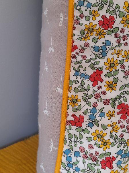 Coussin Liberty passepoilé  – multicolore