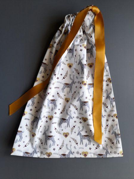 Pochon de Noël –  taille L (31*42) – rennes gris sur fond blanc, cœurs dorés