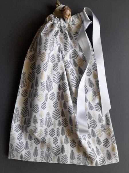 Pochon de Noël –  taille L (31*42) – rameaux de résineux gris et dorés sur fond blanc