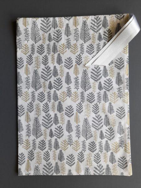 Pochon de Noël –  taille M (23*32) – rameaux de résineux gris et dorés sur fond blanc