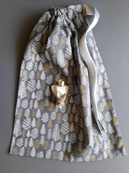 Pochon de Noël –  taille L (31*42) – rameaux de résineux blancs et dorés sur fond gris