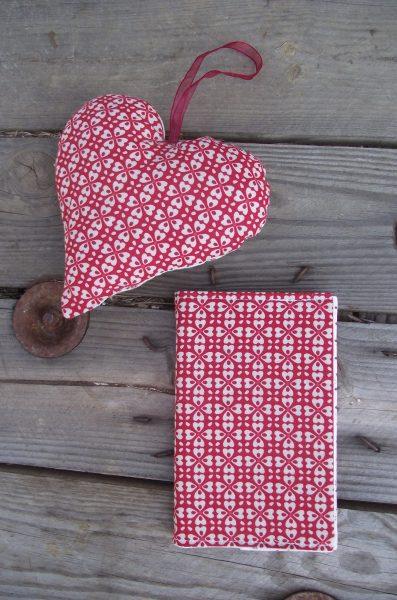 Protège-carnet (répertoire fourni) et cœur déco – tons rouge et beige