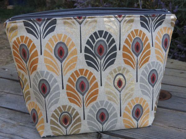 Trousse de toilette – plumes de paon – tons gris et ocre et touche dorée