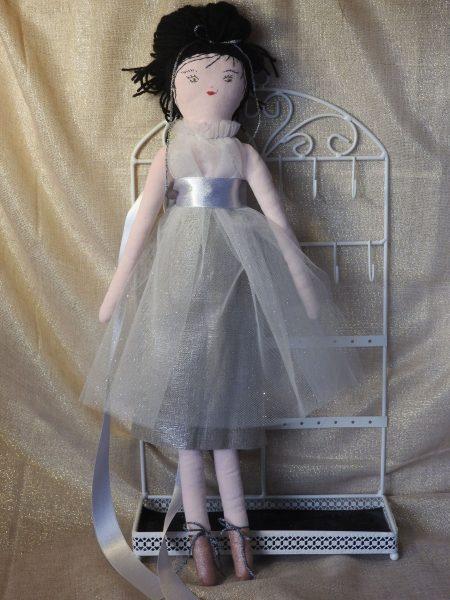 Les poupées collection «spéciales fêtes» – la brune – 100% création.